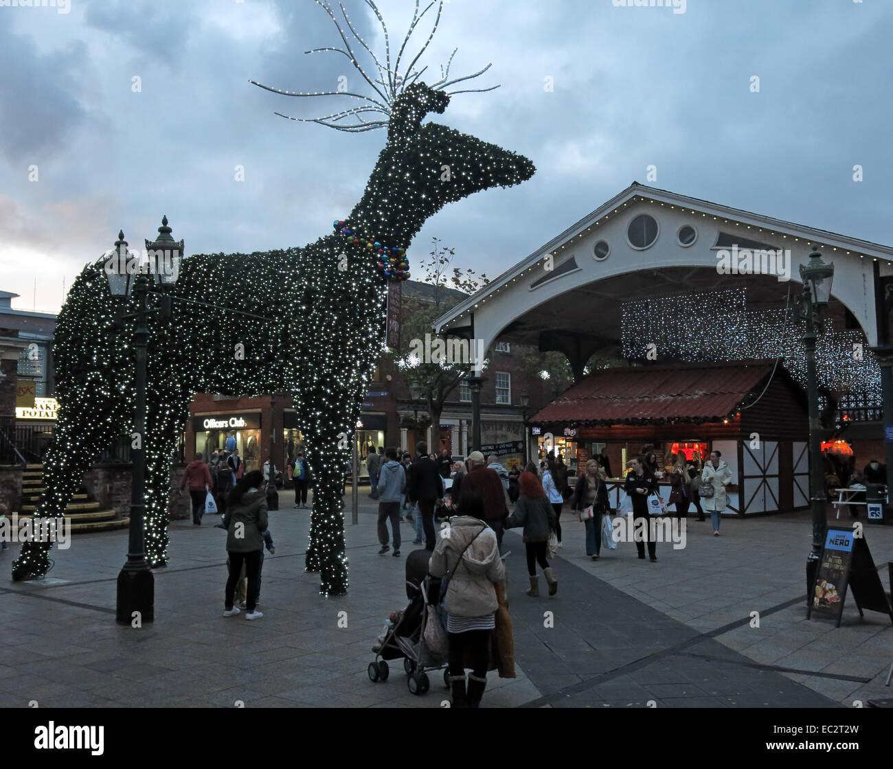 Laden Sie dieses Alamy Stockfoto Weihnachtsschmuck in Golden Square Warrington, Cheshire, England, UK - EC2T2W