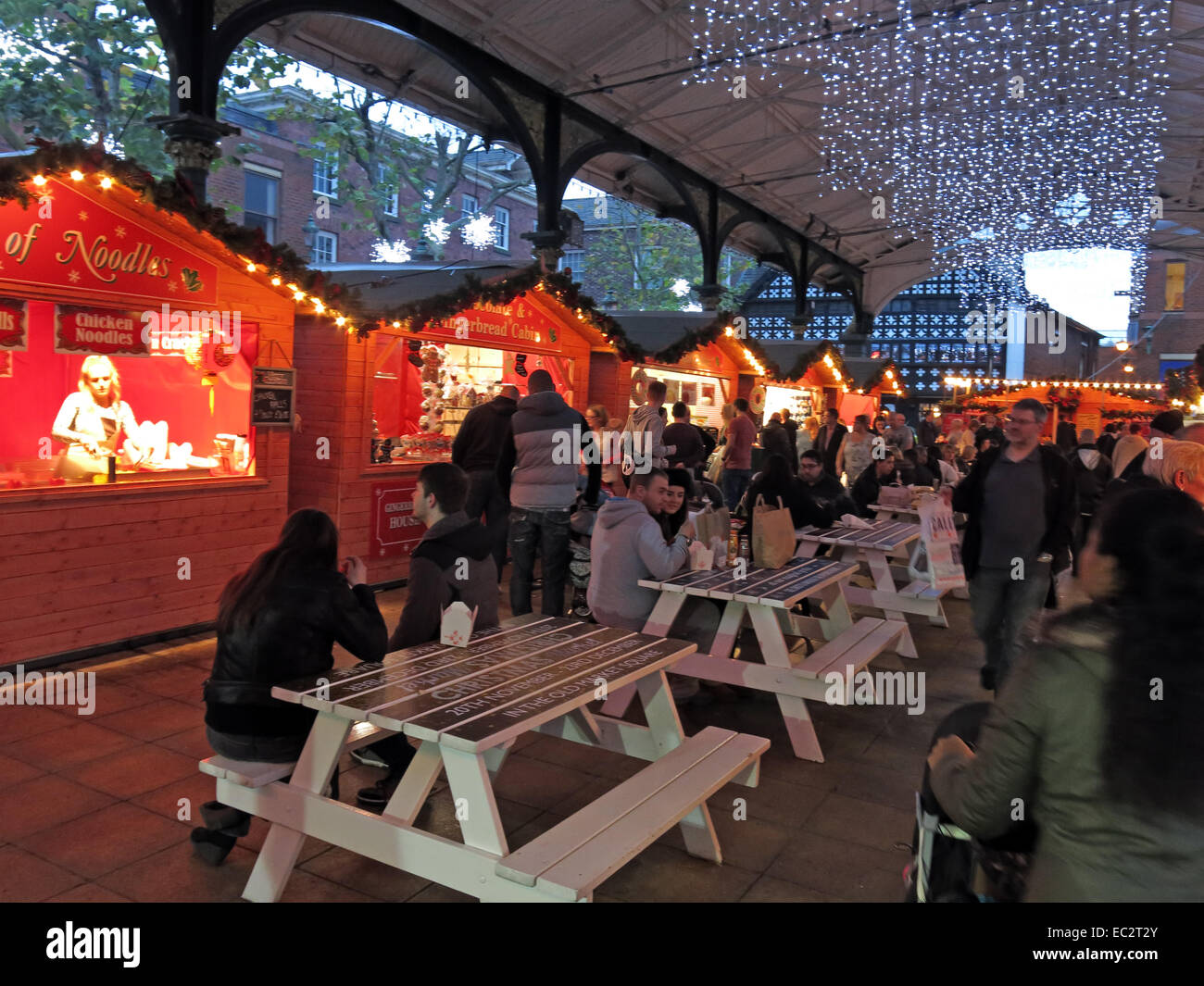 Laden Sie dieses Alamy Stockfoto Warrington Winter deutschen Weihnachtsmarkt in Stadtzentrum, Cheshire, England, Großbritannien - EC2T2Y