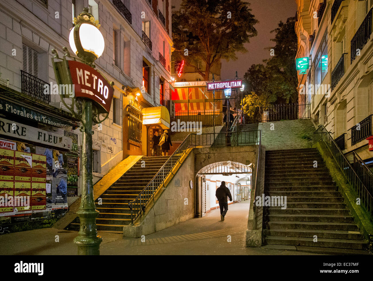 u-Bahn Eingang Montmartre Paris Frankreich Nacht Stockbild