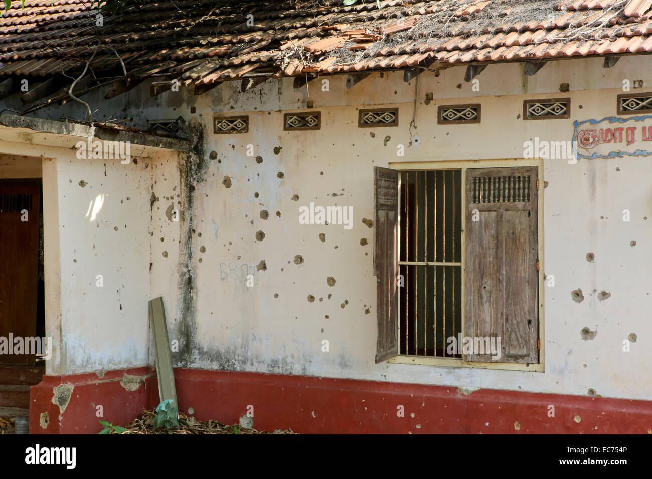 verlassenes haus voller l cher von maschinengewehrfeuer aus dem b rgerkrieg in jaffna sri lanka. Black Bedroom Furniture Sets. Home Design Ideas