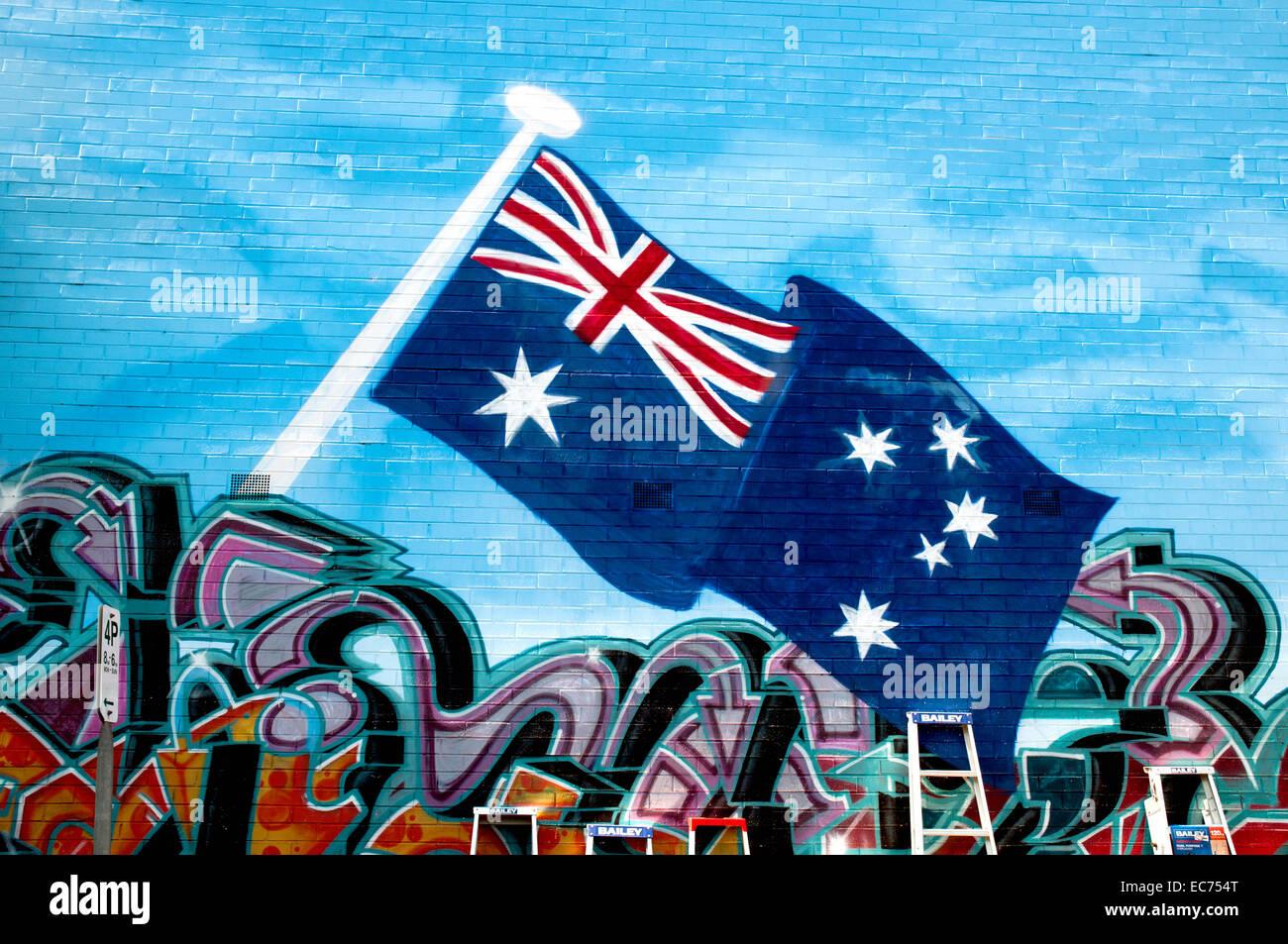 Street Art-Stil Wandmalereien schmücken die Außenwand von einem Baumarkt, Melbourne, Australien. Stockbild