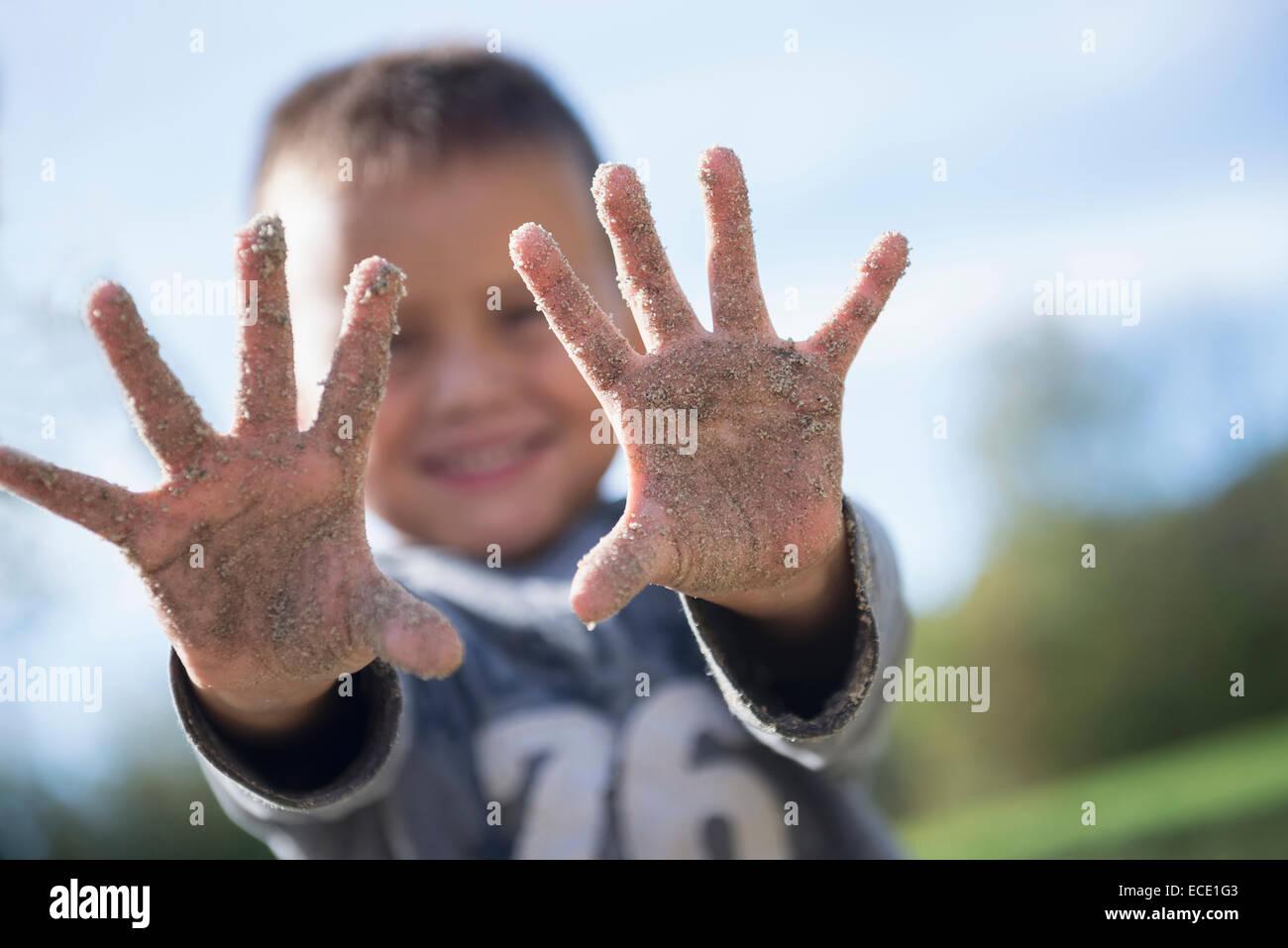 Kleiner Junge zeigt Hände bedeckt Sand Spielplatz Stockbild