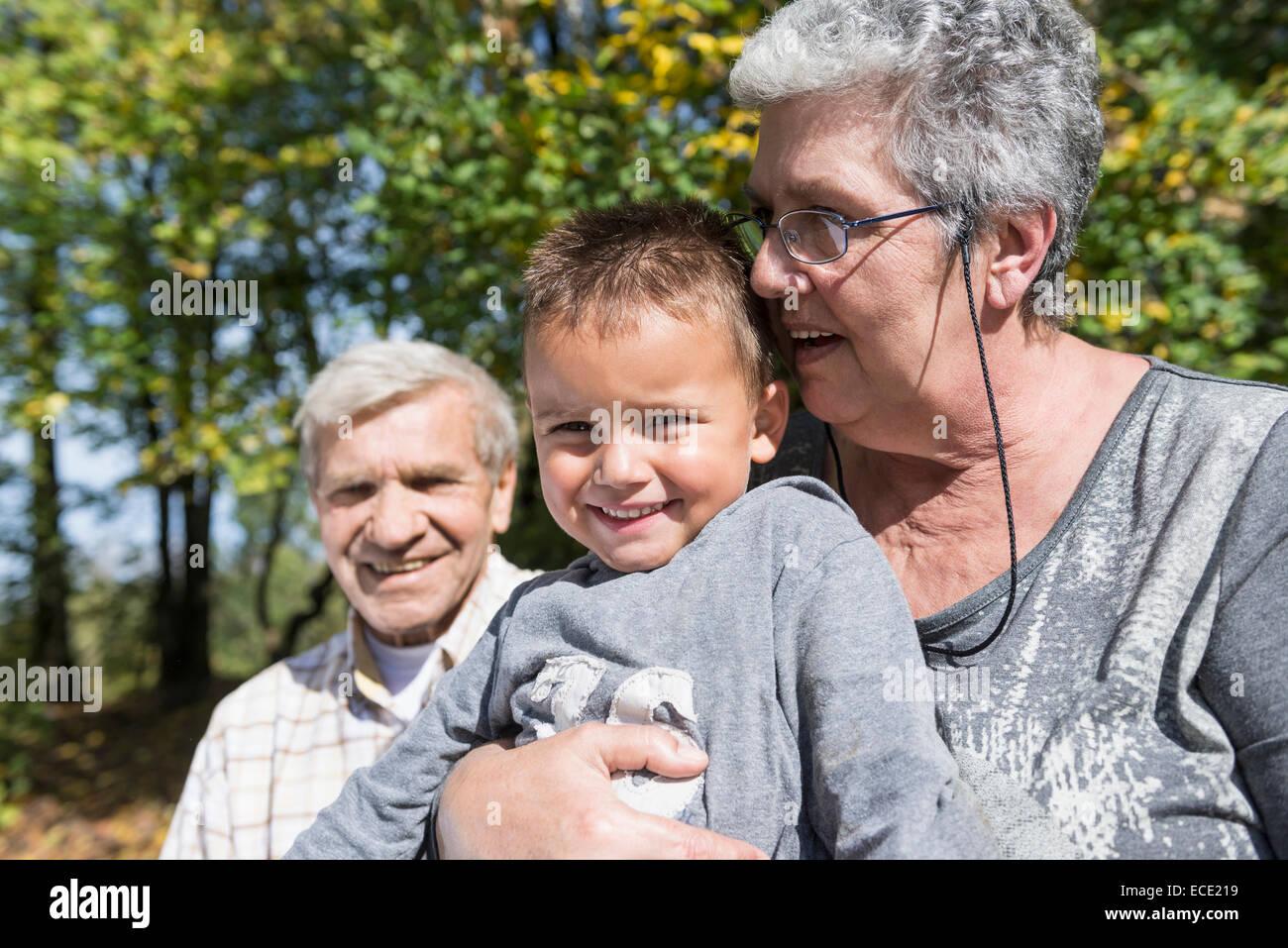 Großeltern kleine Junge glücklich sitzen Stockbild