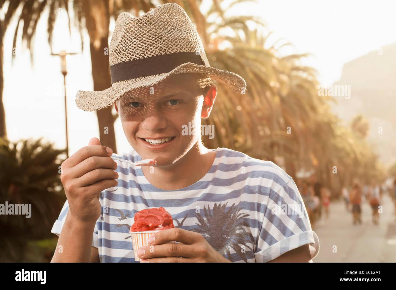 Urlaub Teenager Sonnenuntergang essen Eis Sommer Stockbild