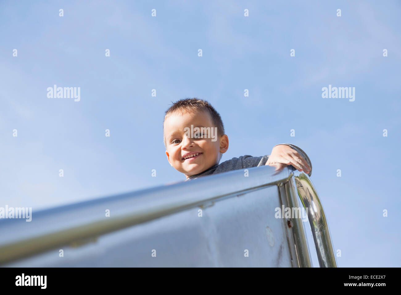 Spielplatz kleiner Junge hoch oben Porträt Folie Metall Stockbild