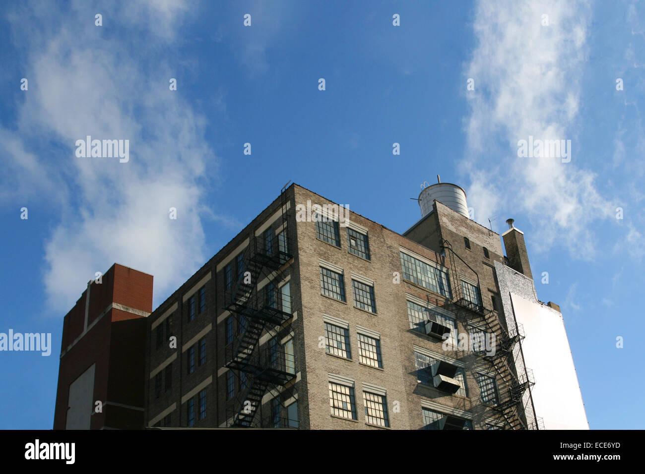 Backstein Gebaeude Feuerleiter Ziegel Alt Himmel Freiraum Frei Blau Industrie Haus Haeuser Fenster Bruechig Bruechiges Stockbild