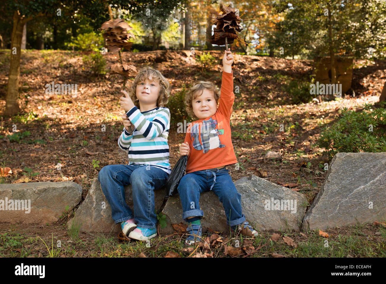 Jungen (2-5) Spaß im Herbst Park Stockbild