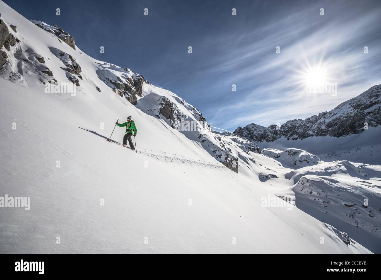 Österreich, männlichen Skifahrer bergan Stockbild