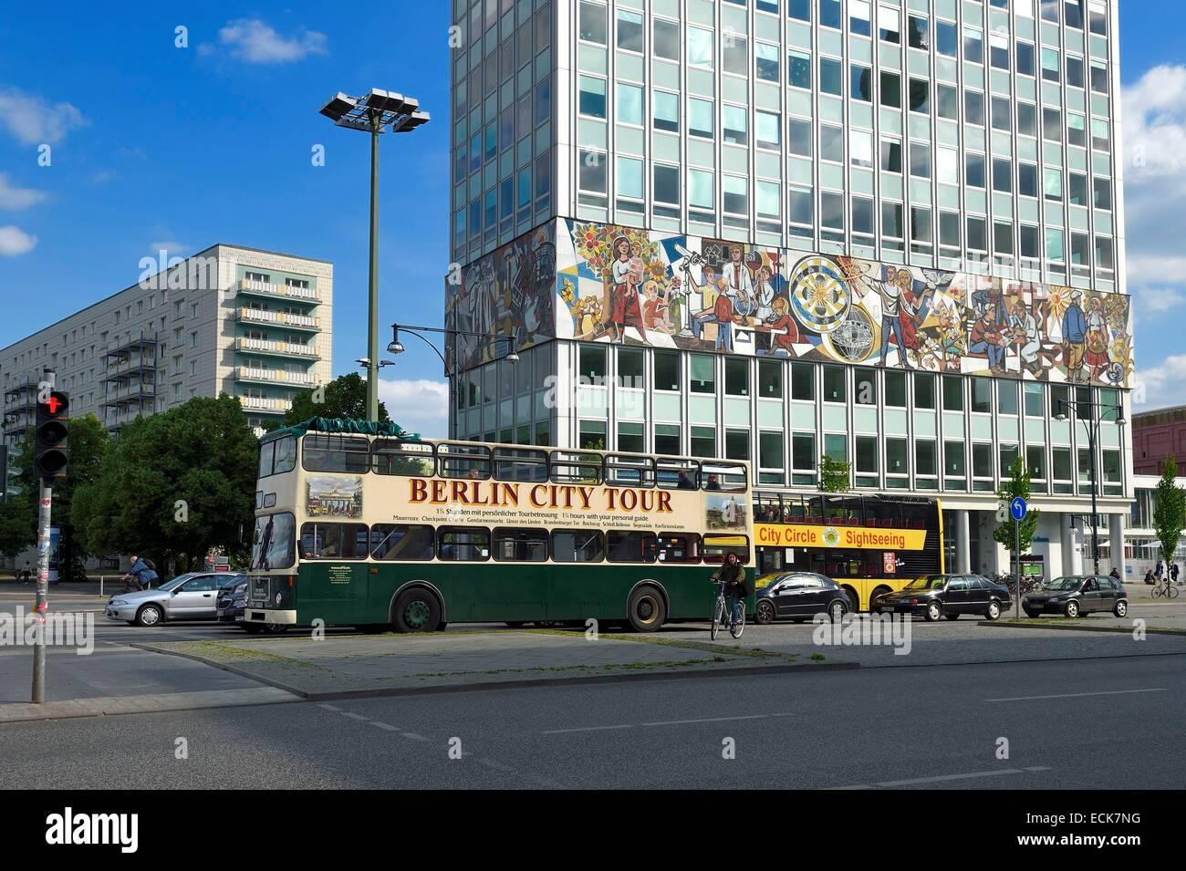 Deutschland, Berlin, Karl-Marx-Allee, Haus des Lehrers (Haus der Lehrer), das Wandbild Umwickeln um das gesamte Stockbild