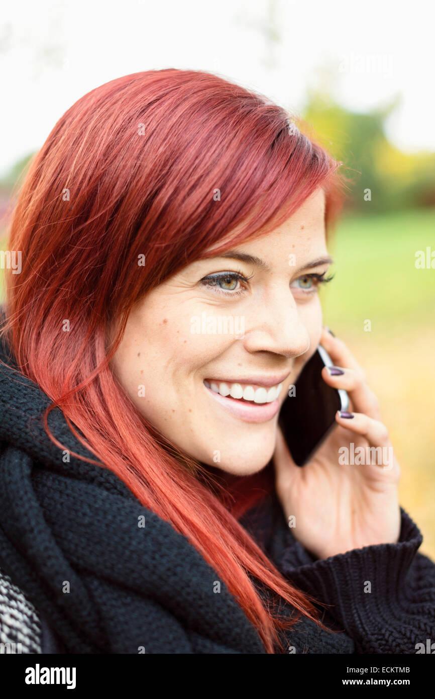 Glücklich Mitte erwachsenen Frau am Smartphone im park Stockbild