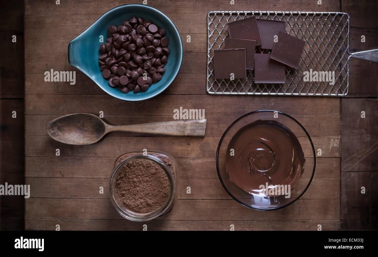 Top-down Ansicht von Schokolade Backen Lieferungen auf rustikale Oberfläche des Holzes mit antiken Requisiten Stockbild