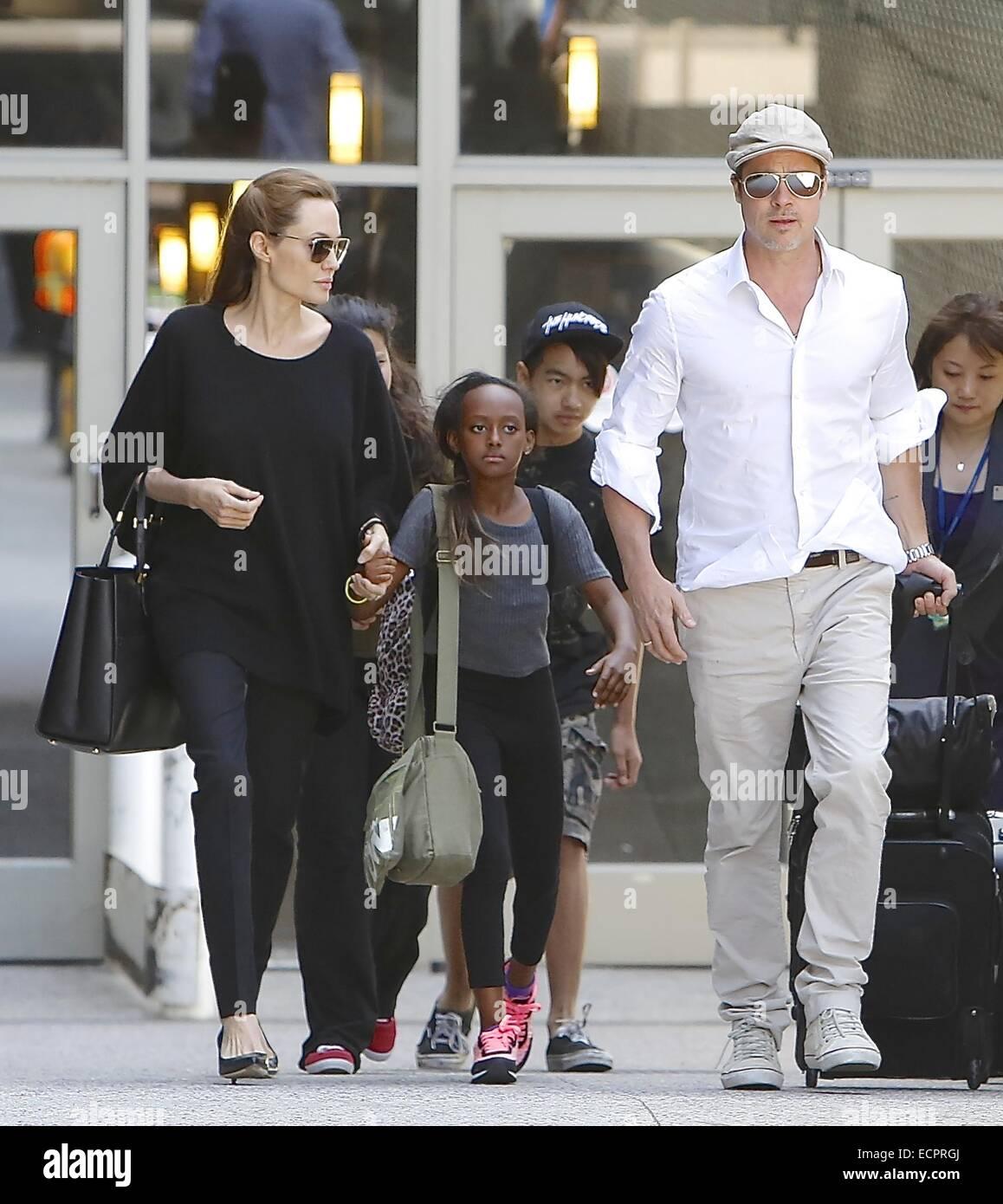 Brad Pitt und Angelina Jolie kommen am Flughafen Los Angeles International (LAX) mit ihren Kindern Maddox und Zahara Stockfoto