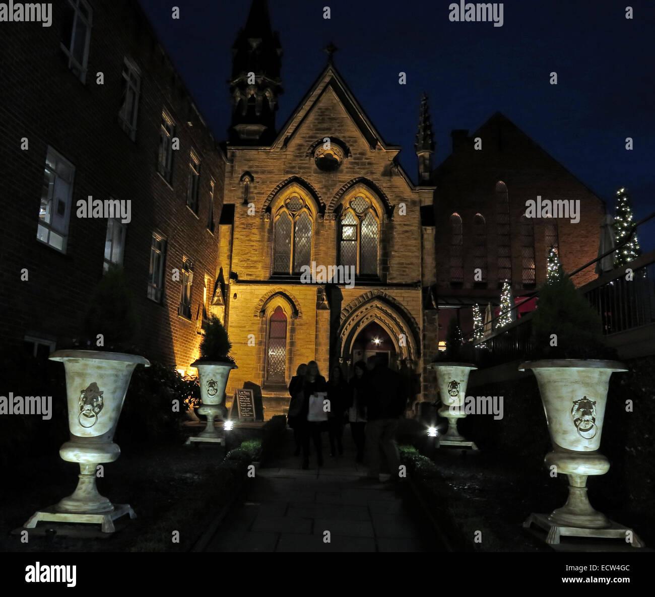 Laden Sie dieses Alamy Stockfoto Die Kirche Bar & Restaurant Chester war in der Abenddämmerung, England, UK, eine Kirche, jetzt eine Kneipe - ECW4GC