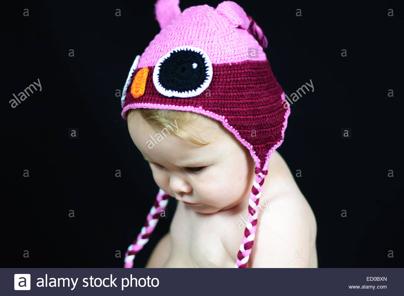 Babymädchen (6-11 Monate) in GAP nach unten Stockbild