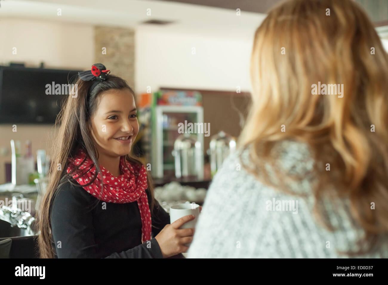 Kleines Mädchen (6-7) Tee trinken und lächelnd Stockbild