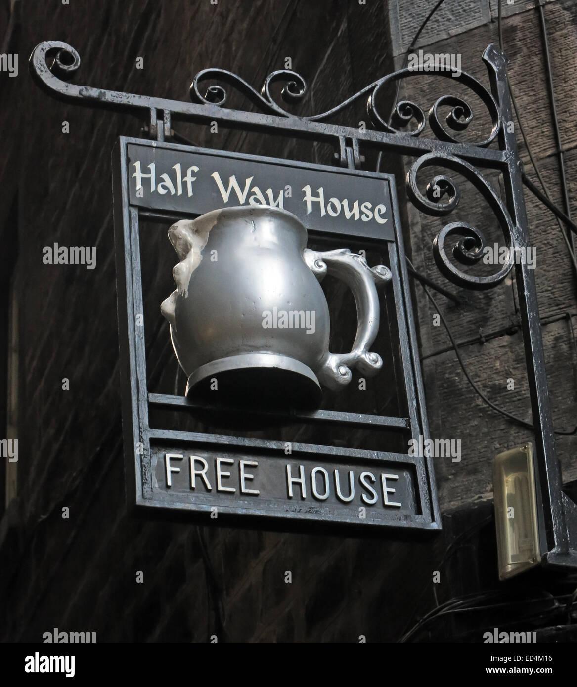 Laden Sie dieses Alamy Stockfoto Halfway House Pub, Fleshmarket enge, Stadt von Edinburgh, Schottland, UK Detail des Zeichens - ED4M16