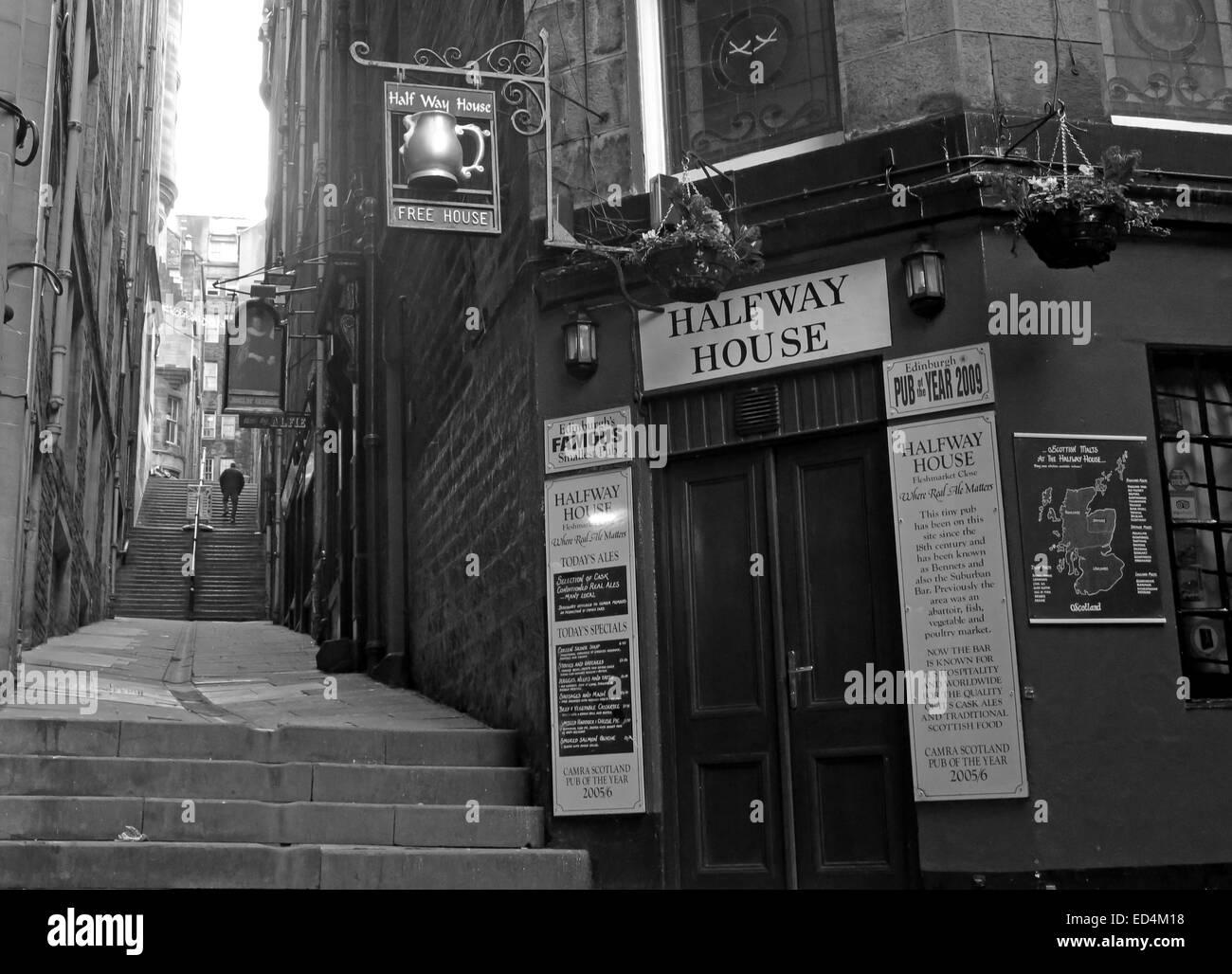 Laden Sie dieses Alamy Stockfoto Halfway House Pub, Fleshmarket in der Nähe, Stadt Edinburgh, Schottland, UK in Monochrom - ED4M18