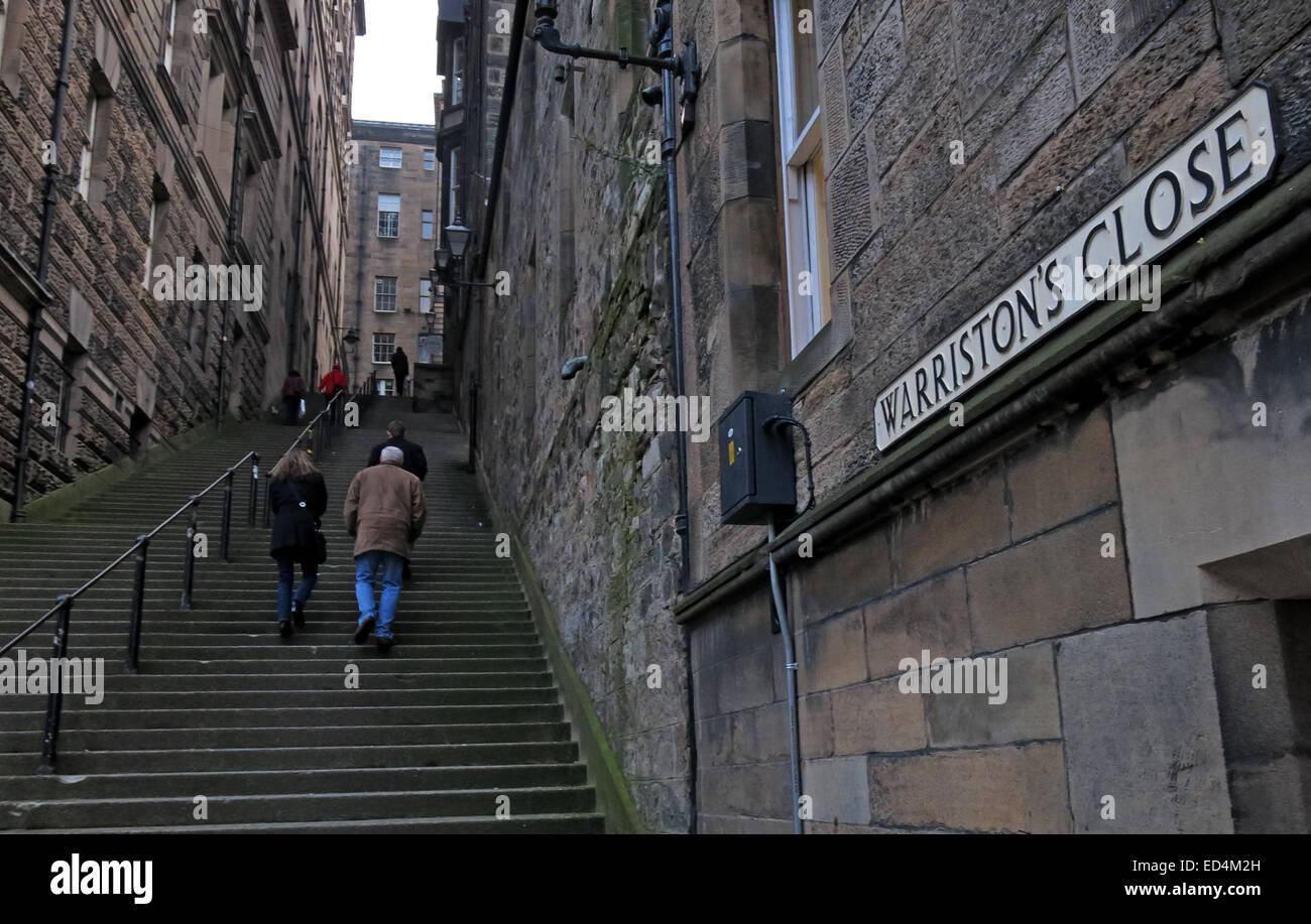 Laden Sie dieses Alamy Stockfoto Steile Treppen Warristons hautnah, Edinburgh, mit zwei Wanderer, Schottland, UK - ED4M2H