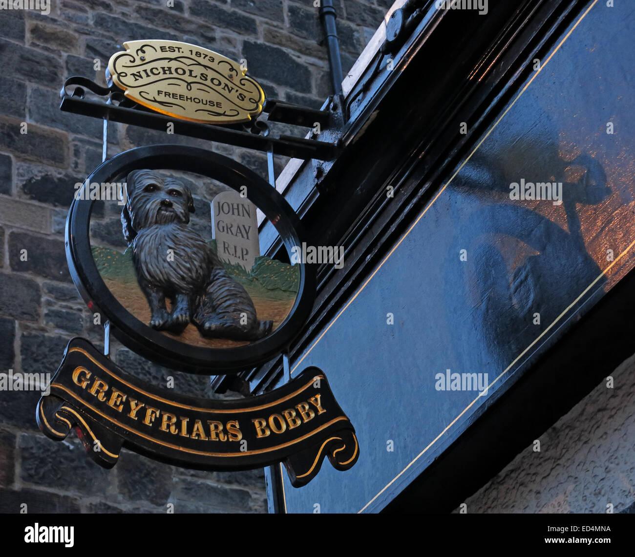 Laden Sie dieses Alamy Stockfoto Greyfriars Bobby historischen Pub Schild draußen in der Dämmerung, Altstadt von Edinburgh, Hund draußen, Lothian, Schottland, Vereinigtes Königreich - ED4MNA