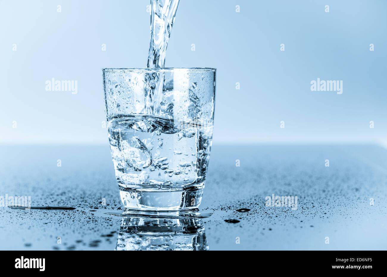 Glas mit sauberem Trinkwasser Stockbild