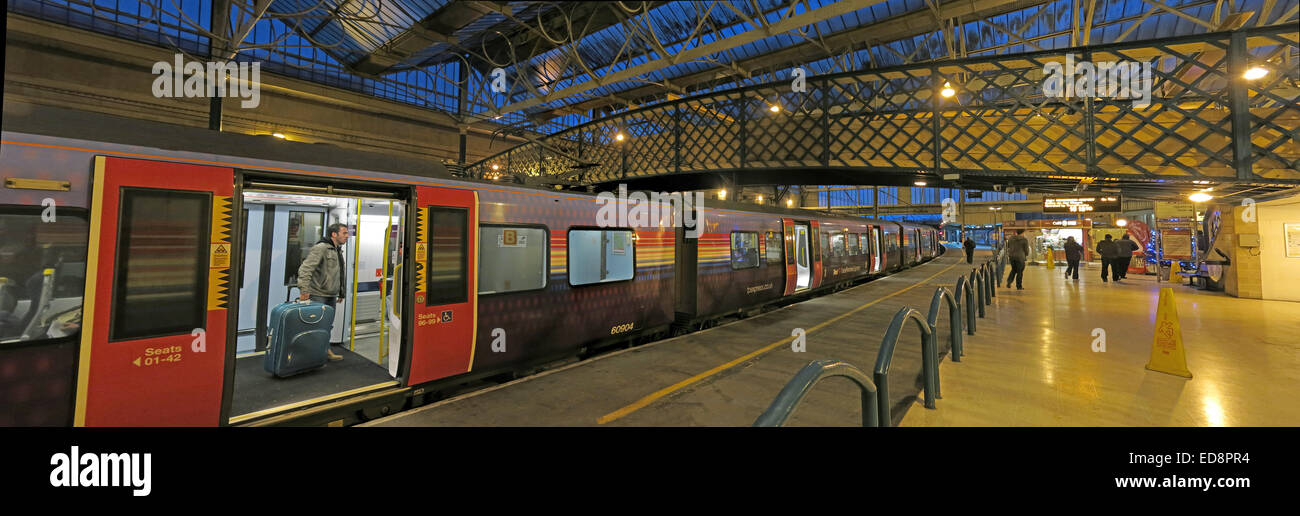 Laden Sie dieses Alamy Stockfoto Pano Carlisle Citadel, Bahnhof bei Dämmerung, Cumbria, England, UK - ED8PR4