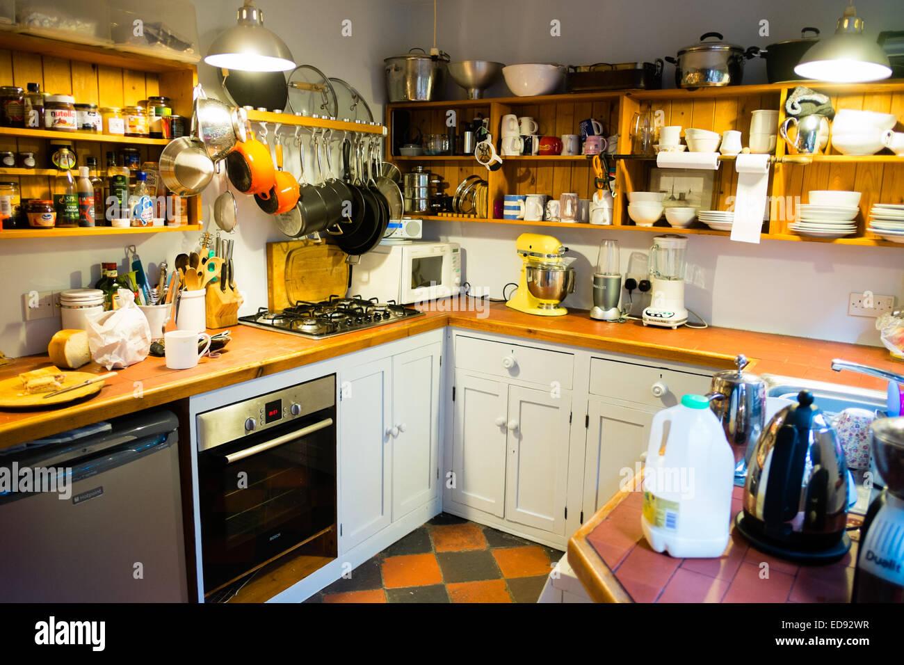 Eine kleine Küche in einem Reihenhaus-UK Stockbild