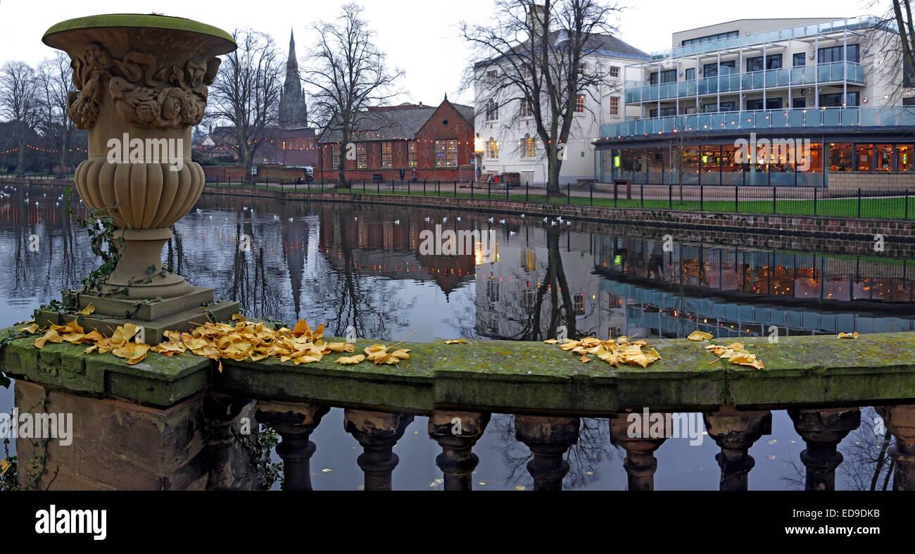 Laden Sie dieses Alamy Stockfoto Panorama der Stadt Lichfield unten am Fluss, Staffordshire bei Dämmerung, England, UK im Herbst - ED9DKB