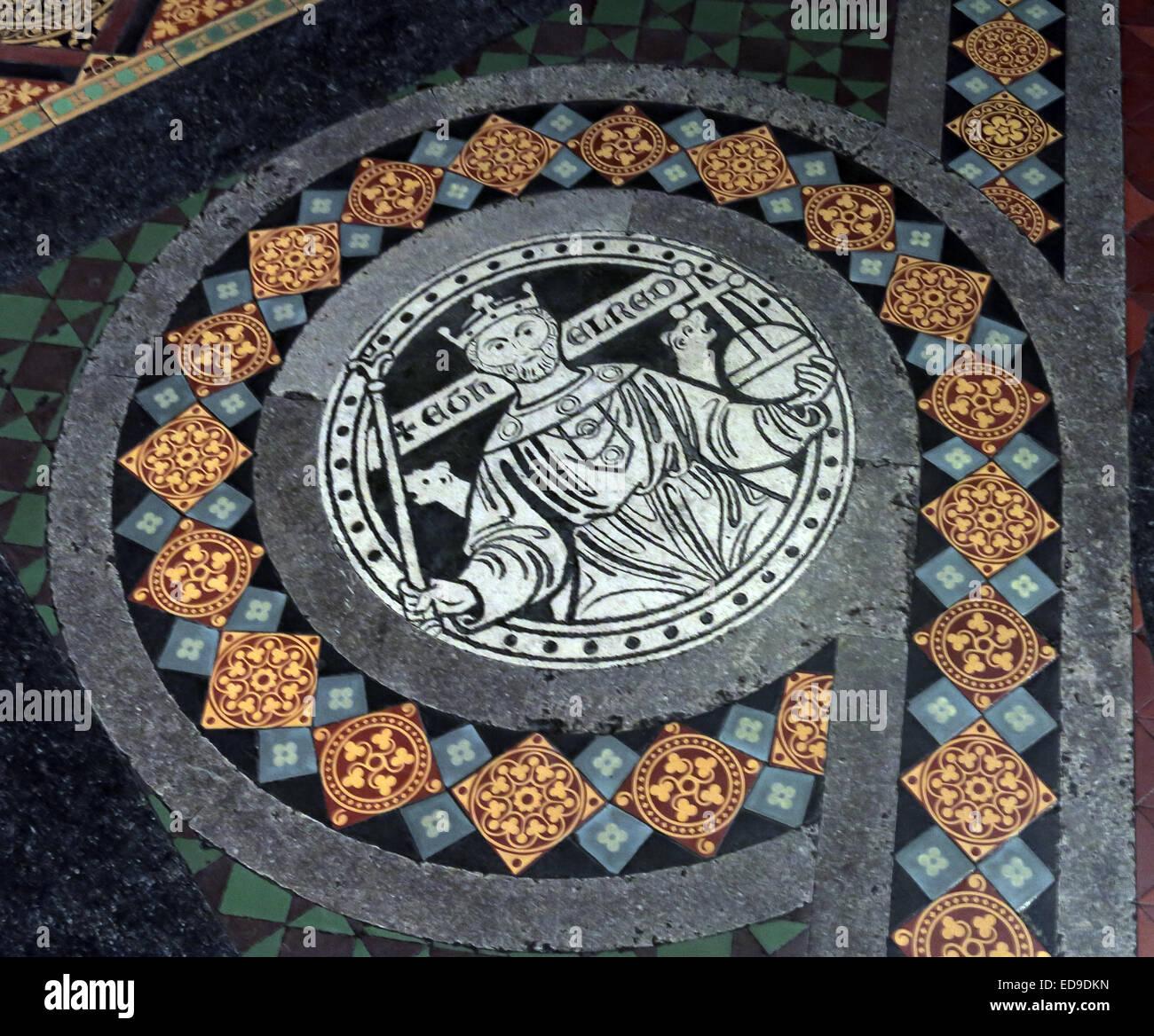 Laden Sie dieses Alamy Stockfoto Fliesen auf Boden in Lichfield Kathedrale, Staffordshire, England UK WS13 7LD führt zu dem Hochaltar - ED9DKN
