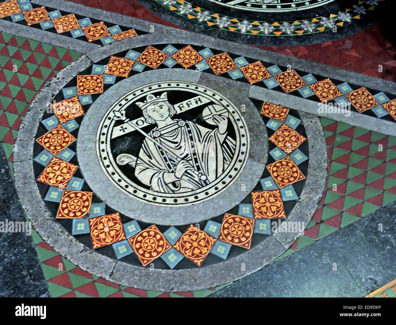 Laden Sie dieses Alamy Stockfoto Fliesen auf Boden in Lichfield Kathedrale, Staffordshire, England UK WS13 7LD führt zu dem Hochaltar - König Offa von Mercia - ED9DKP