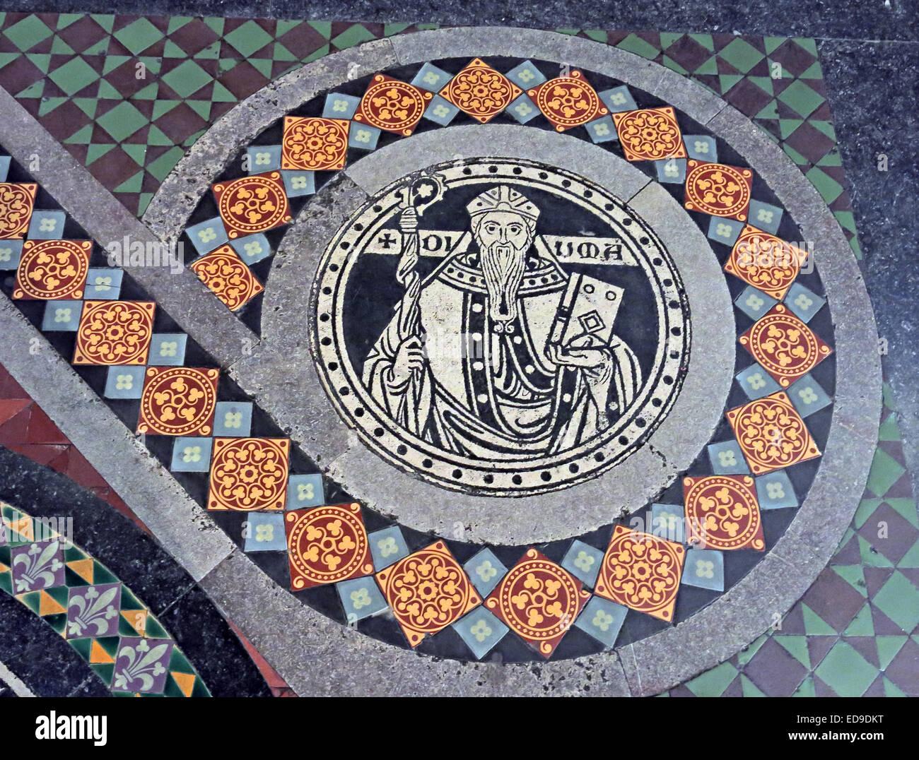 Laden Sie dieses Alamy Stockfoto Fliesen auf Boden in Lichfield Kathedrale, Staffordshire, England UK WS13 7LD führt zu dem Hochaltar - ED9DKT
