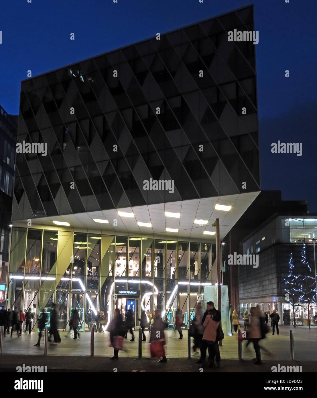 Laden Sie dieses Alamy Stockfoto Georgio Armani Manchester Deansgate, England, UK in der Abenddämmerung - ED9DM3