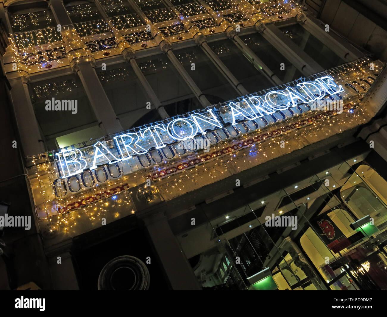 Laden Sie dieses Alamy Stockfoto Barton viktorianischen Einkaufspassage, Manchester an Weihnachten in der Nacht, mit Lichtern, England, UK - ED9DM7