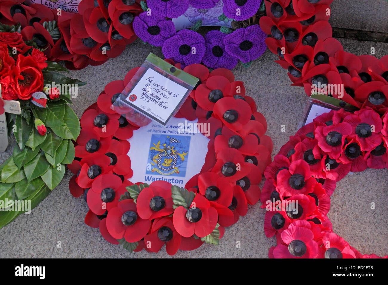 Laden Sie dieses Alamy Stockfoto Gedenktag & Mohn Kränze Warrington Kenotaph Nov 2014, Bridgefoot, Wilderspool Causeway, Cheshire, England, UK - ED9ETB