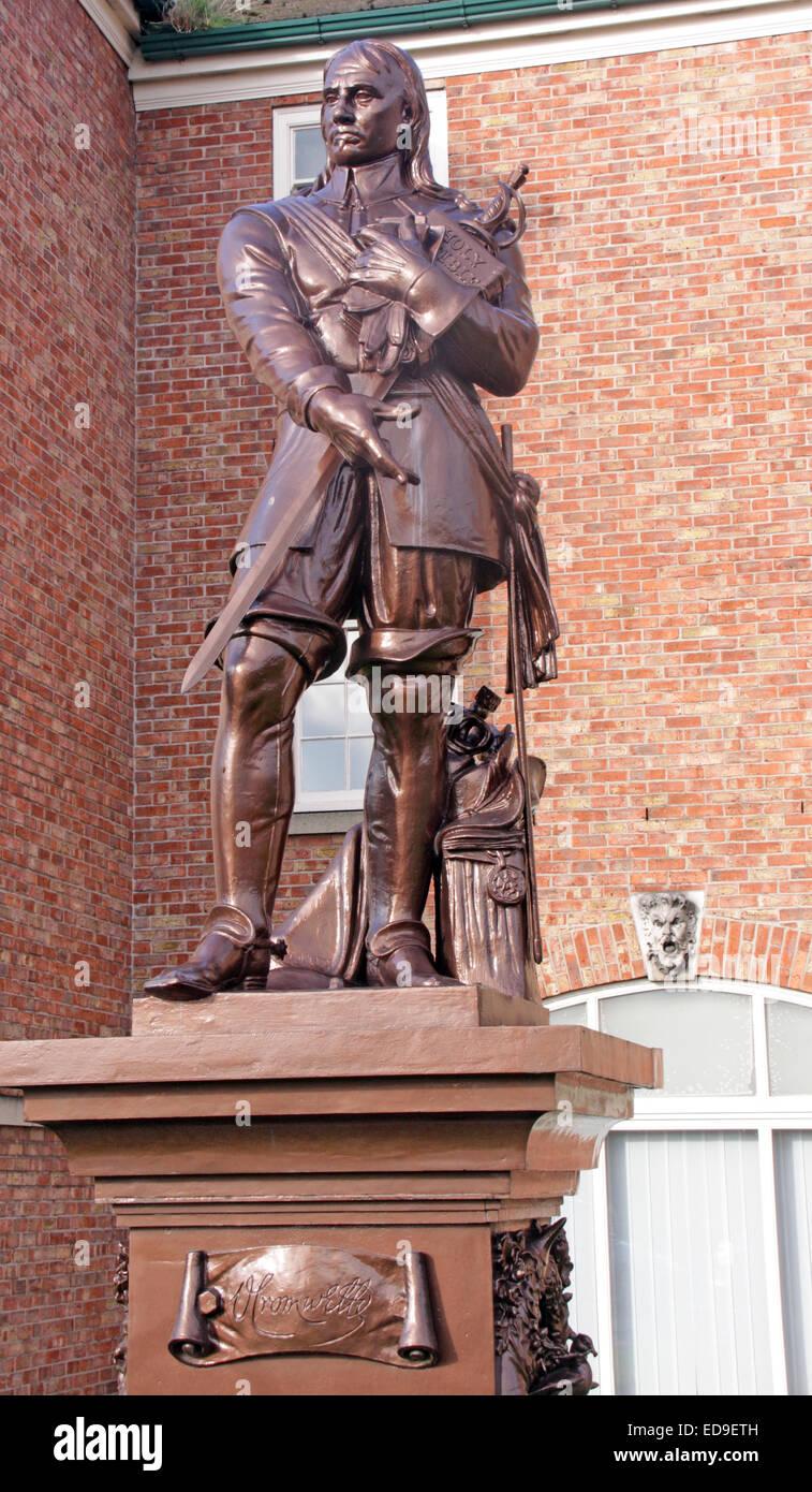 Laden Sie dieses Alamy Stockfoto Oliver Cromwell Statue, steht inmitten der Warrington Akademie (Guardian) in Warrington, Cheshire, England, UK - ED9ETH