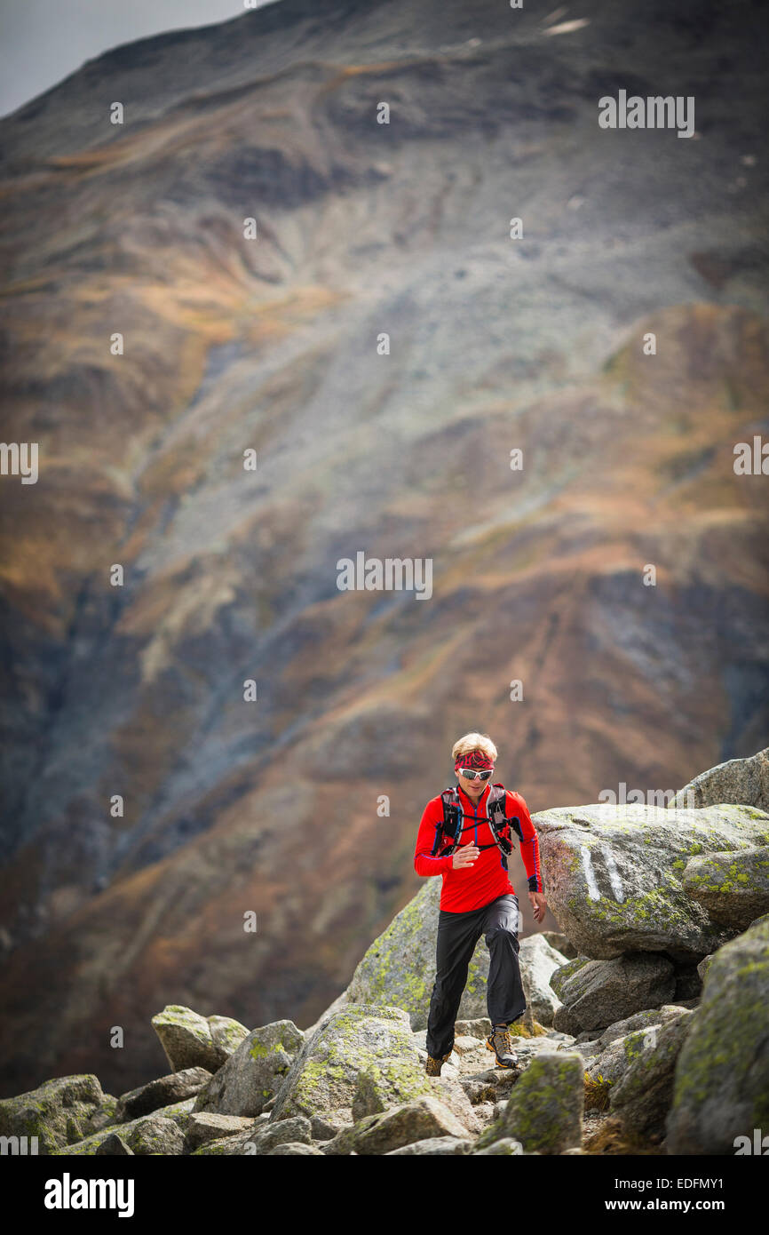 Ein Mann auf dem Gebiet der Furkapass, Schweiz Stockfoto