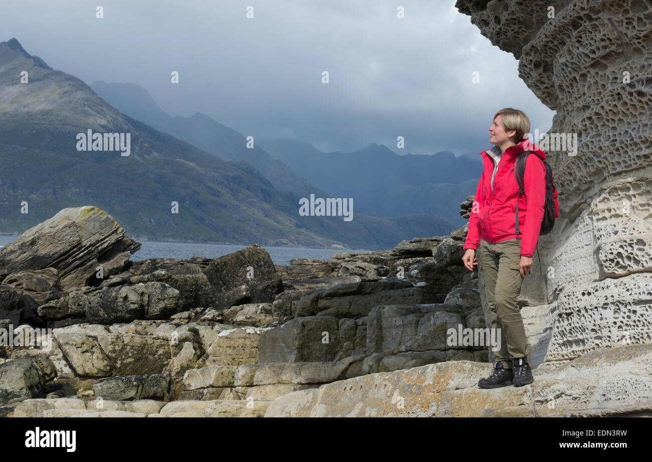 erkunden den Strand von Elgol Isle Of Skye Lady Stockbild