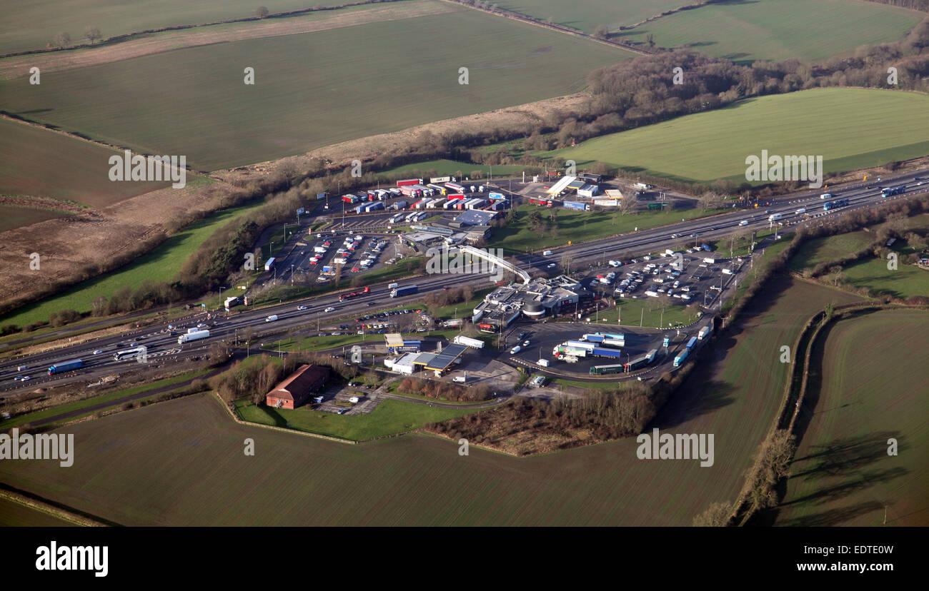 Luftaufnahme von Woodall Dienstleistungen auf der Autobahn M1, UK Stockbild