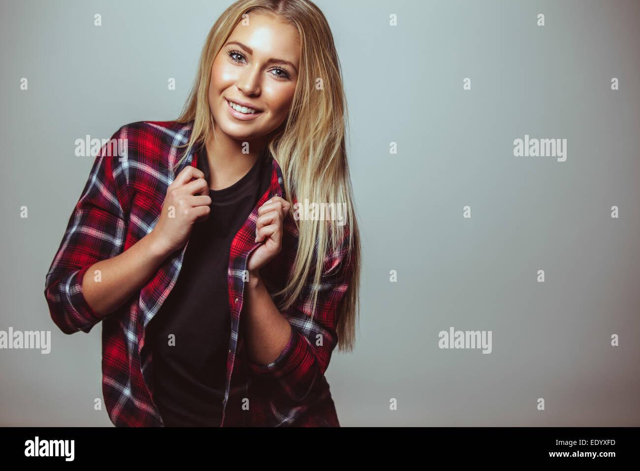 Porträt der glückliche junge Frau in Freizeitkleidung gegen weiße Wand. Junger Teenager Blick in Stockbild