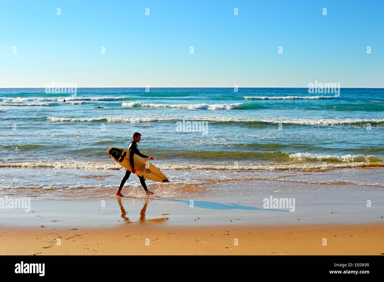 Nicht identifizierte Surfer am Strand. Stockbild