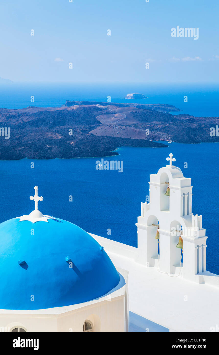 Blaue Kuppel und Glockenturm, Kirche St. Gerasimos, Firostefani, Fira, Santorini (Thira), Kykladen, Griechenland Stockbild