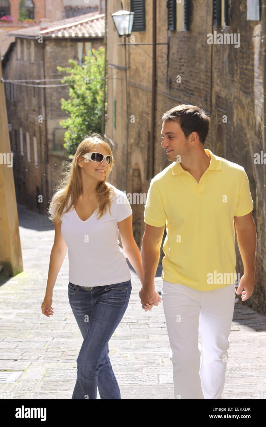 Junges Paar Macht Urlaub in Italien, Siena, Sommerurlaub, Staedtereisen (Modellfreigabe) Stockbild