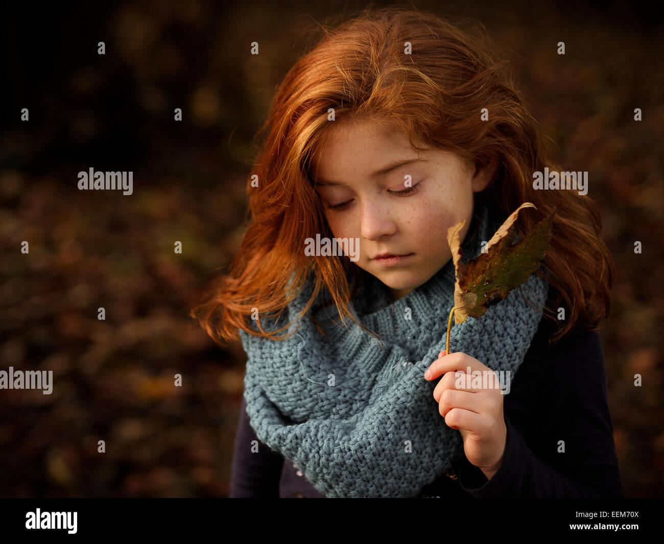 Rote kurzhaarige Mädchen halten Herbst Blatt Stockbild