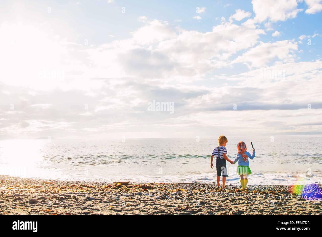 Junge Mädchen (2-3) Holding der (2-3) Hand am Strand Stockbild