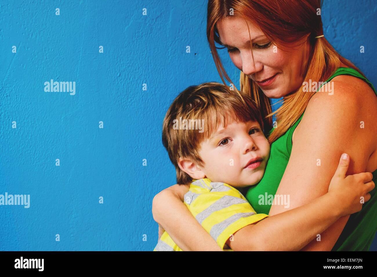 Mutter Sohn umarmt (2-3) Stockbild