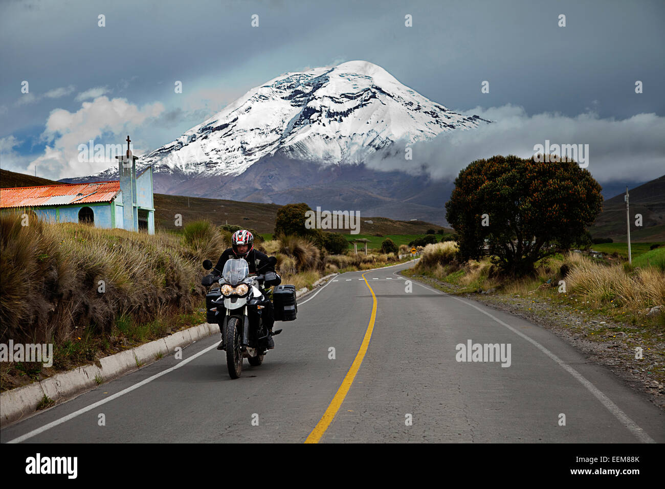 Ecuador, Menschenbild auf Motorrad mit Chimborazo Vulkan im Hintergrund Stockbild