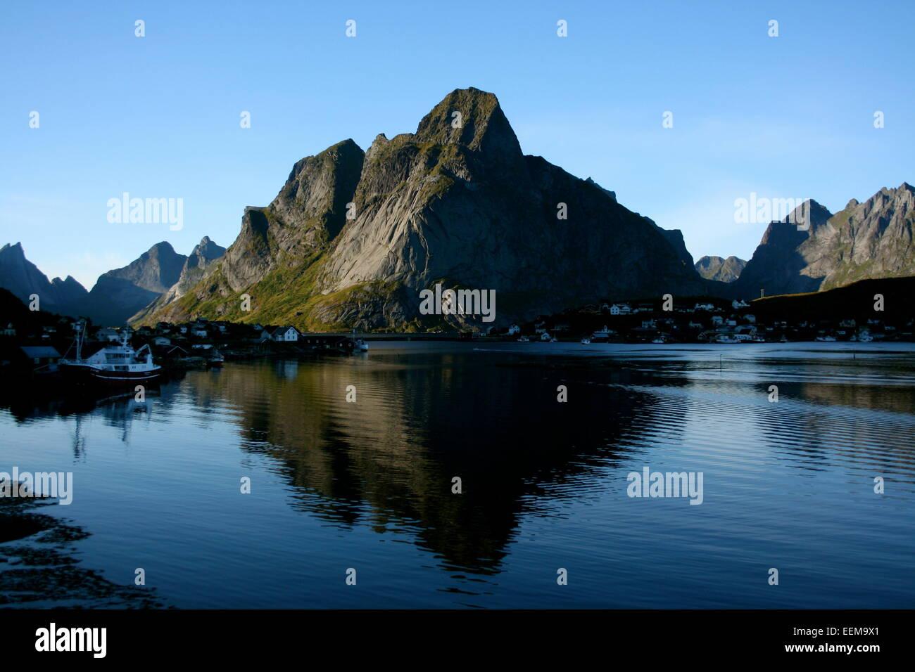 Norwegen, Skandinavien, Lofoten, Blick auf Bucht mit Berg im Hintergrund Stockbild