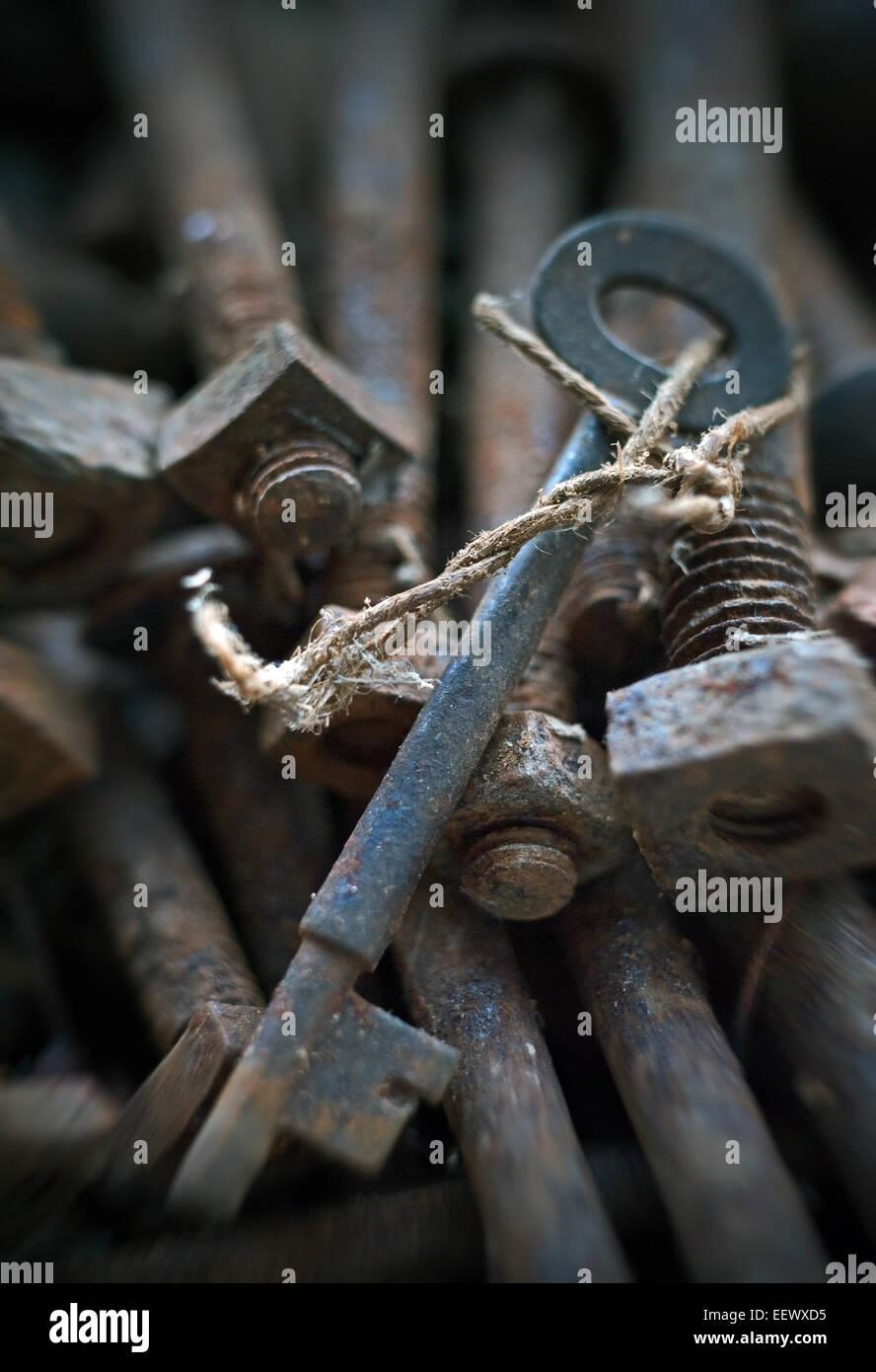 alte Schlüssel versteckt in rostigen Schrauben Stockbild