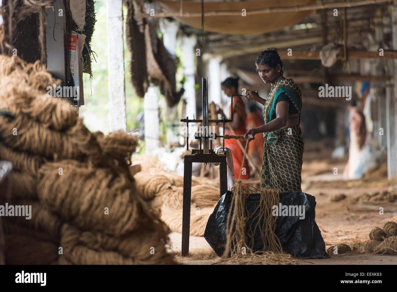 Herstellung von Seilen aus Kokosfasern oder Kokosfasern auf hölzernen Maschinen, Kokos Faser-Industrie, Fabrik, Stockbild