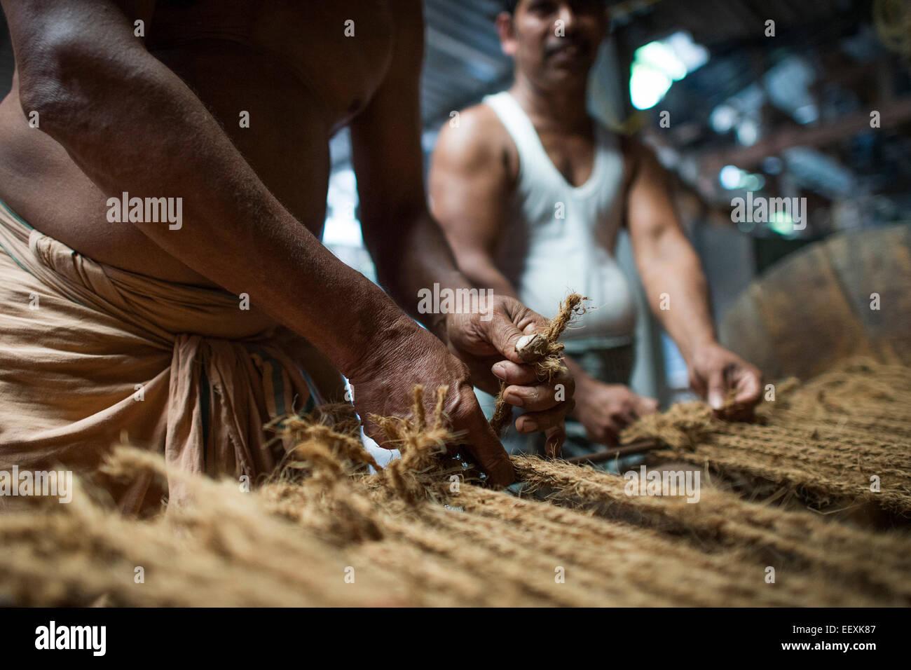 Herstellung von Matten aus Kokosfasern oder Kokos, Kokos Faser-Industrie, Fabrik, Alappuzha, Kerala, Indien, Asien Stockbild