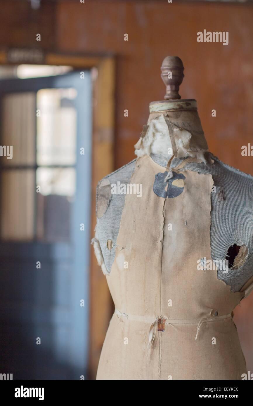 Eine alte Form Schneiderpuppe in einem verlassenen Kleiderfabrik. Stockbild